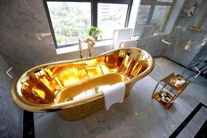 Bồn tắm dát vàng